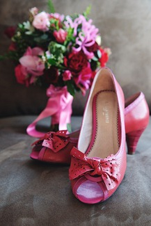 bride bouquet flowers shoes